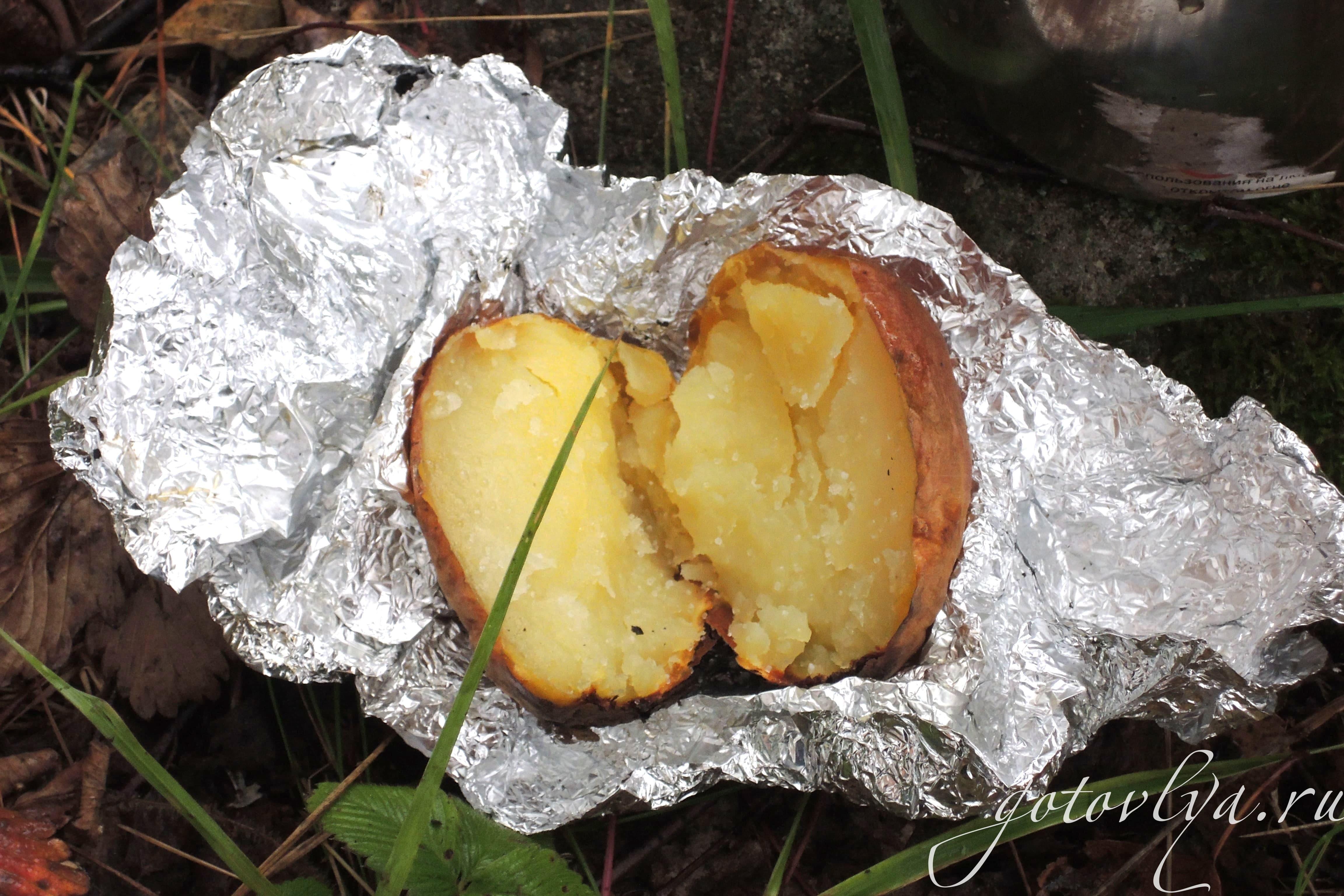 Как запечь картошку в фольге на углях