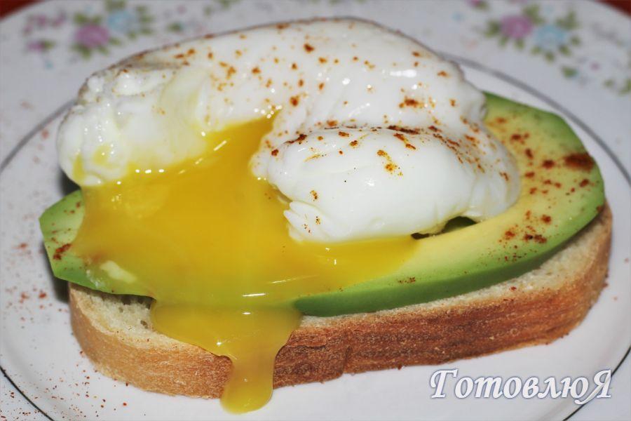 Бутерброд с яйцом пашот и авокадо